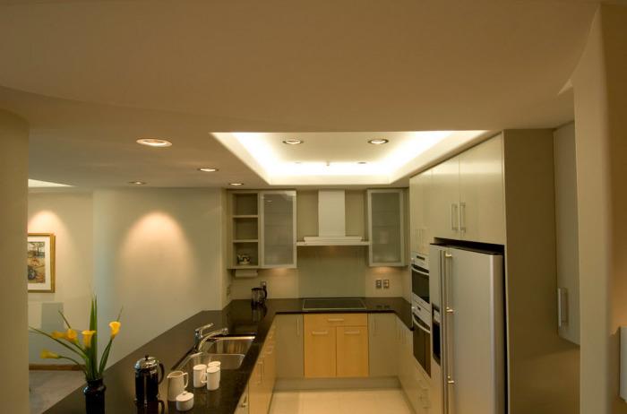 Визуально расширить помещение помогут точечные яркие светильники, расположенные по периметру потолка, а также над навесными шкафчиками и полочками.