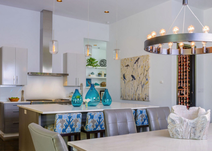 Прекрасный выбор – многоламповые модели, равномерно распределяющие свет над обеденным и рабочим столом.