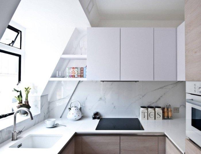 Например, фасады кухни могут быть глянцевыми, стены и шкафы – матовыми.