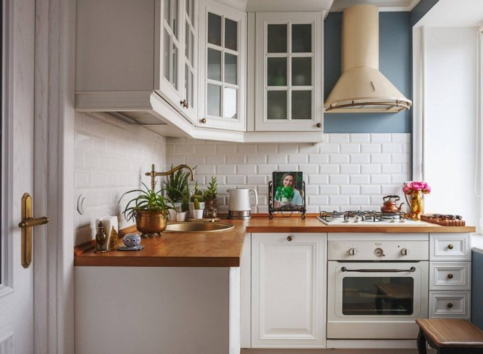 Чтобы интерьер маленькой кухни не казался слишком стерильным, используйте несколько оттенков белого и комбинируйте разные текстуры.