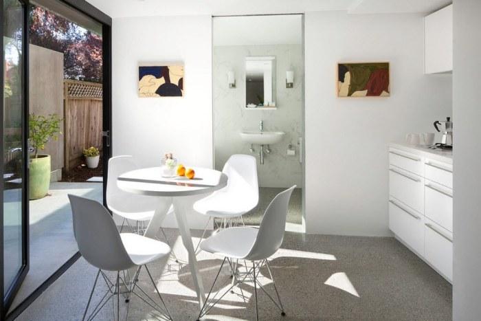 Неяркая, светлая мебель – то, что нужно для маленькой кухни. Она не выглядит громоздкой, особенно когда почти сливается с фоновым цветом стен.