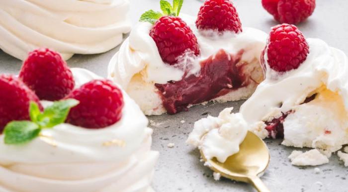 Пирожное с малиной. \ Фото: gastronom.ru.