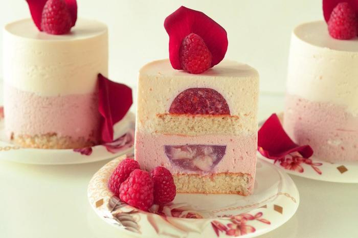 Малиновое пирожное. \ Фото: 1000.menu.