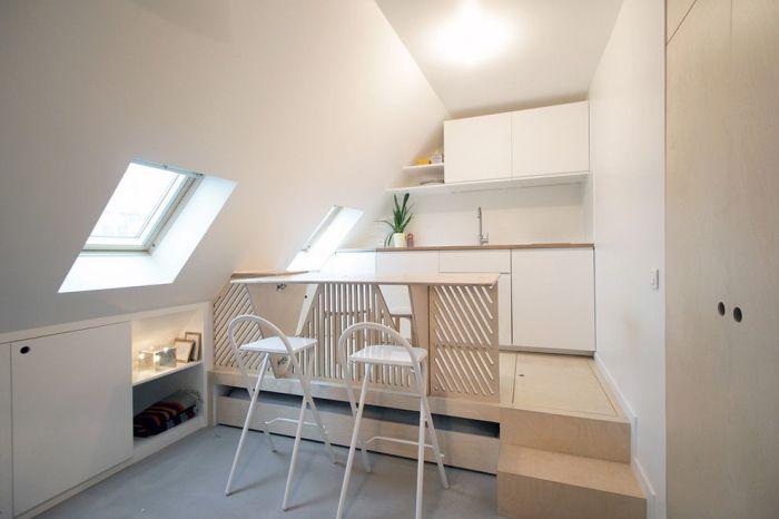 Мебель-трансформер для кухни, представленная в виде складных стульев и подиума с ящиками для хранения вещей.