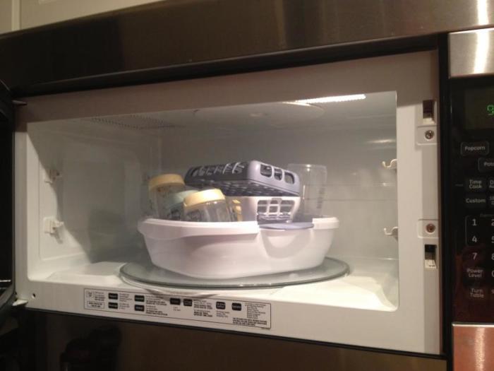 Стерилизация посуды для новорожденных. \ Фото: dombrat.ru.