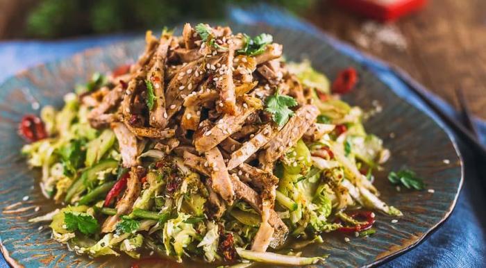 Мясной салат в азиатском стиле. \ Фото: gastronom.ru.