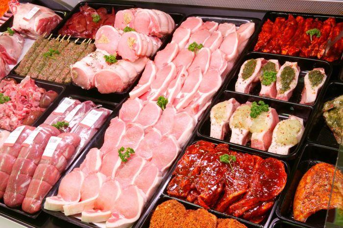 Мясо на развес в магазине. \ Фото: naturopathicmd.com.