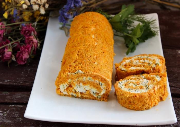 Рулет из моркови с творожным сыром и зеленью. \ Фото: receptisalatov.com.