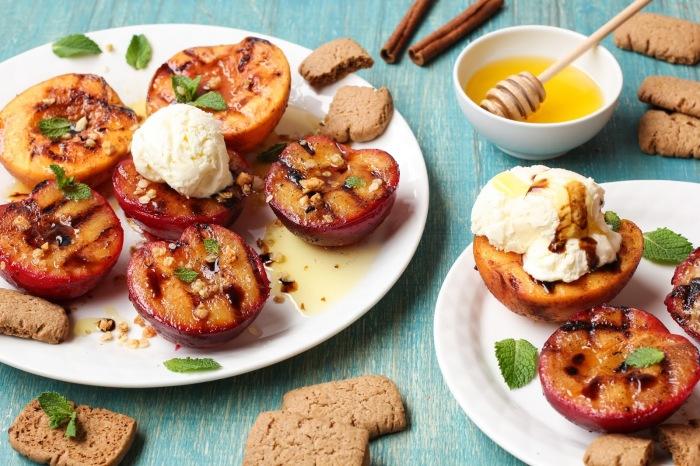 Персики на гриле с мороженым. \ Фото: foodgeek.ru