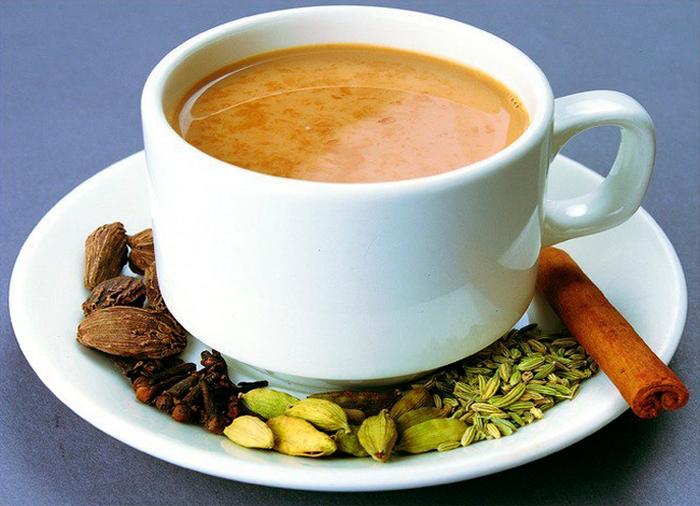 Кофе с молоком, миндалём и кардамоном.
