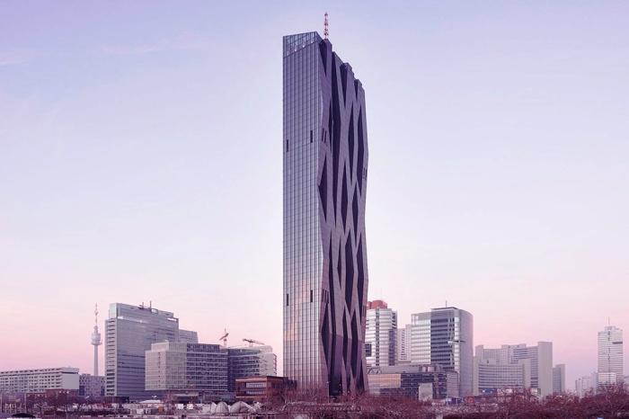 Благодаря своей изящной форме 250-метровый небоскрёб на берегу Дуная до сих пор покоряет сердца туристов.