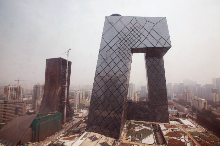 Штаб-квартира Центрального китайского телевидения — это изломанное кольцо высотой 234 метра.
