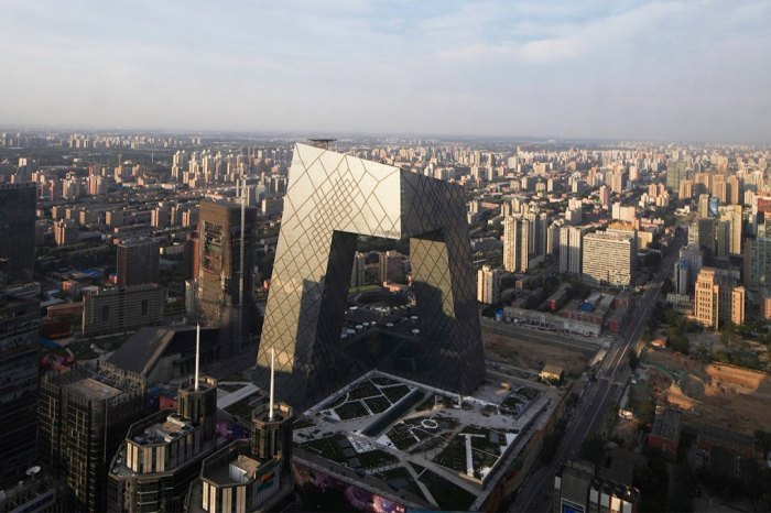Большая часть здания нависает над окружающим пространством.