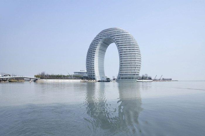 Тридцатиэтажный комплекс отдыха и развлечений из алюминия и бетона.