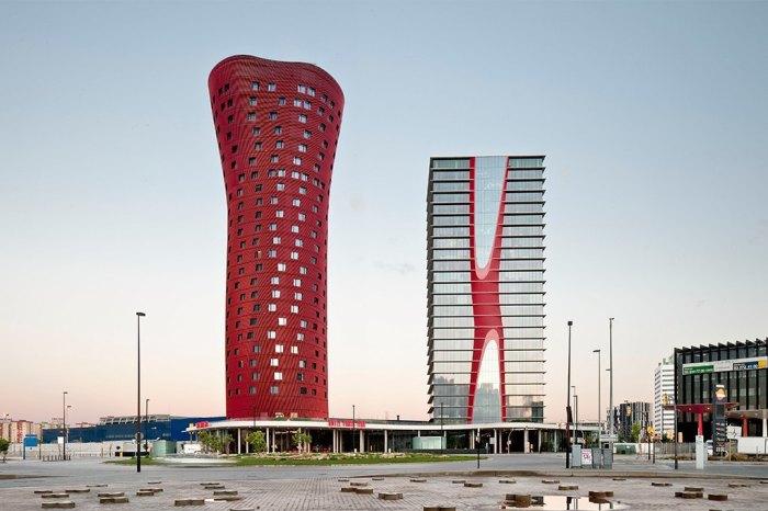 Два гостиничных здания высотой в сотню метров каждое стали самым масштабным проектом японца Тойо Ито.