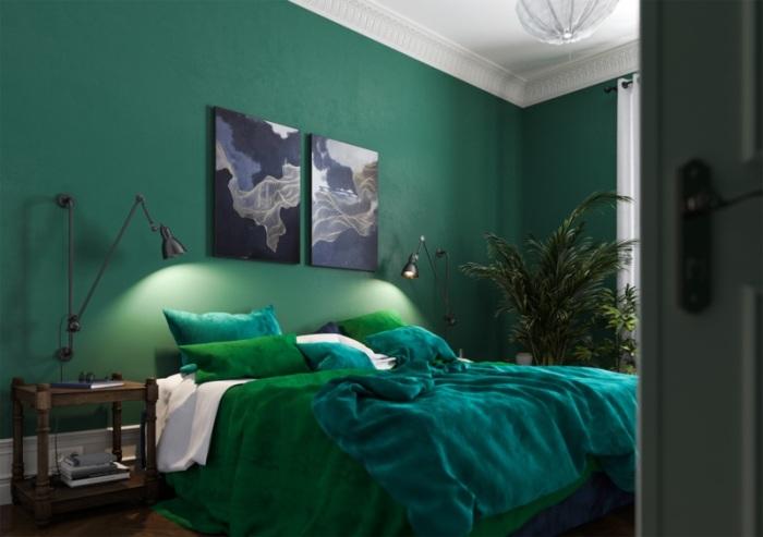 Спальня в нефритовых тонах и оттенках с акцентом на стену.