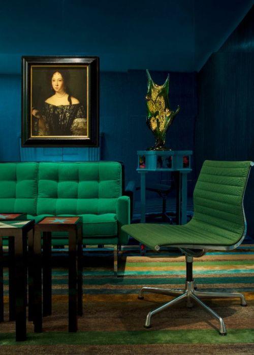 Нефритовая мебель на фоне тёмно-синих стен.