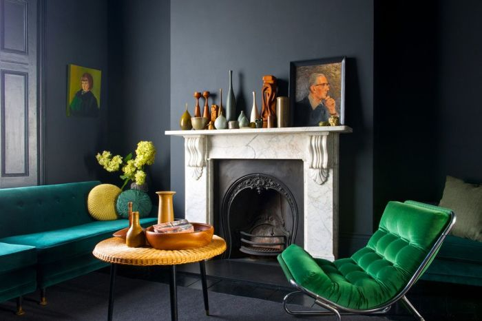 Нефритовая мебель в тёмно-серой гостиной.