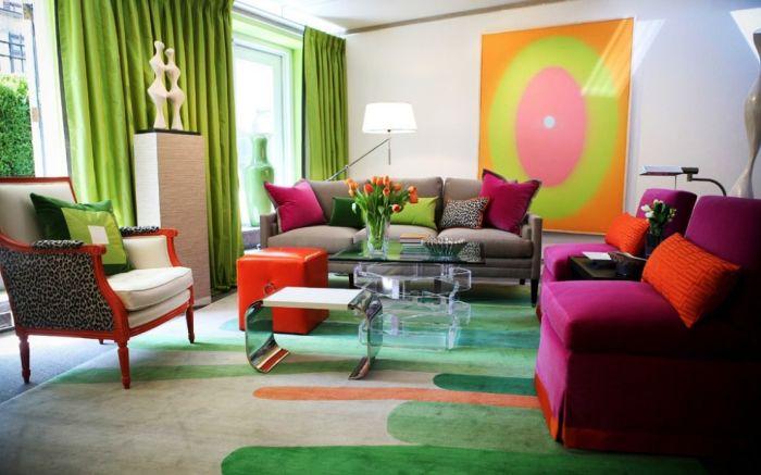 Нефритовые предметы интерьера в светлой гостиной.