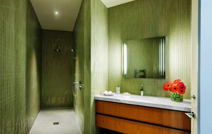 Современная ванная, выполненная в мягких нефритовых тонах.