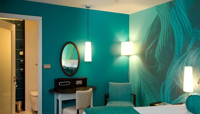Нежные нефритовые цвета в интерьере спальни.