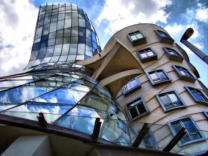 А на крыше здания находится французский ресторан с видом на Прагу.