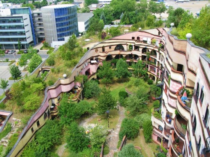Это оригинальное сооружение в виде подковы, спирально поднимающейся вверх, называют «необычным домом среди обычного однообразия».