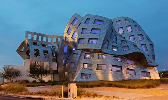 Здание было спроектировано одним из самых известных современных архитекторов Фрэнком Гери.