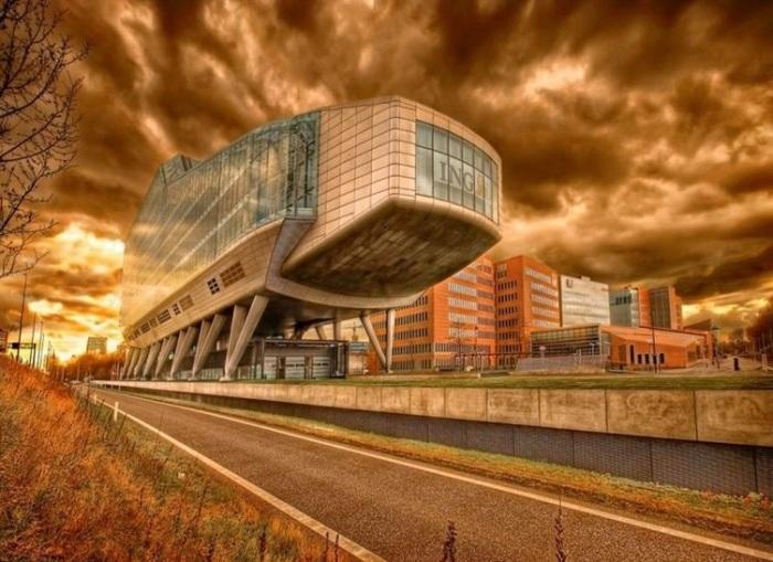 Здание штаб-квартиры одной из крупнейших финансовых корпораций мира ING в Амстердаме из-за формы напоминает ботинок.