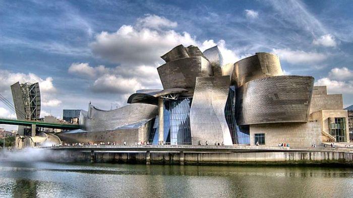 Музей Гуггенхайма – настоящая архитектурная достопримечательность, образец дерзкой конфигурации и инновационного дизайна.