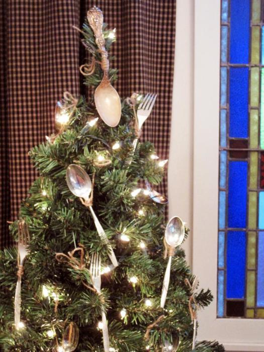 Безусловно, ёлка — неотъемлемый атрибут новогоднего декора гостиной. Почему бы не украсить её столовыми приборами?