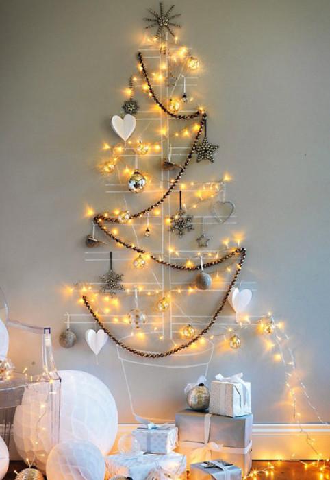 Используйте гирлянду, игрушки, декоративные наклейки или любые другие элементы, которые вам удастся закрепить на стене.