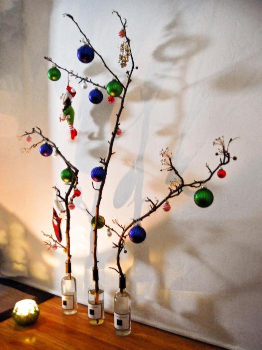 Древесные веточки – прекрасная альтернатива ёлкам и соснам.