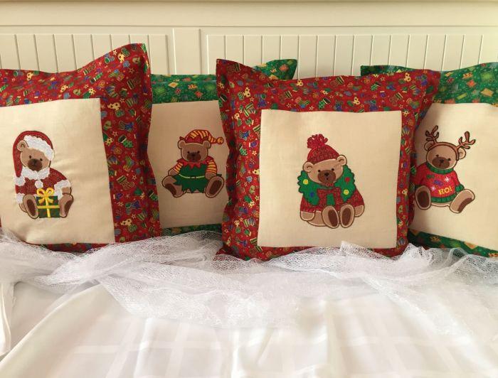 Декоративные подушки с тематическими новогодними узорами умело подчеркнут праздничную тематику.