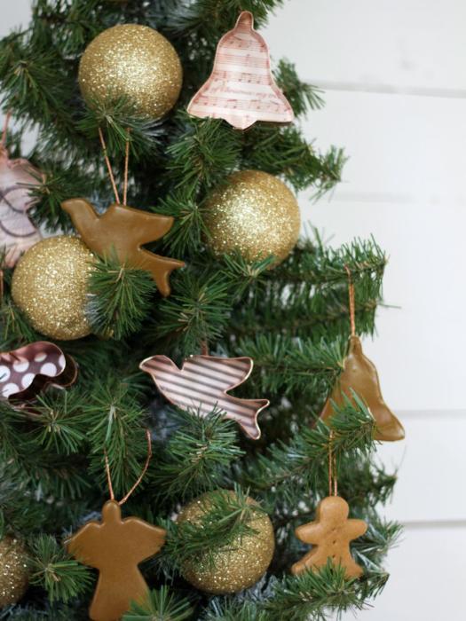 Также ёлку можно украсить пряниками, печеньем, конфетами и другими интересными мелочами.
