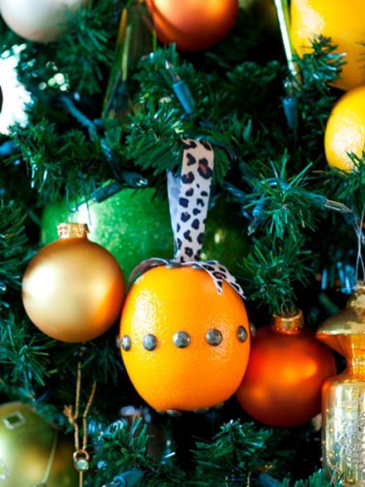 Апельсины, мандарины и другие цитрусовые – прекрасная альтернатива ёлочным игрушкам.