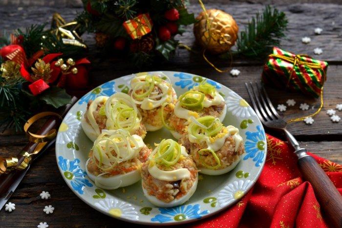 Яйца фаршированные селёдкой и плавленым сыром.