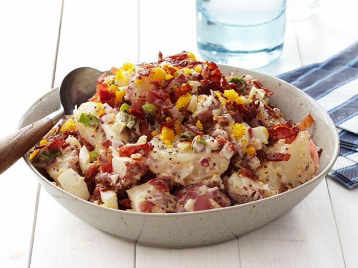 Картофельный салат с беконом и орехами. \ Фото: daddy-cool.gr.