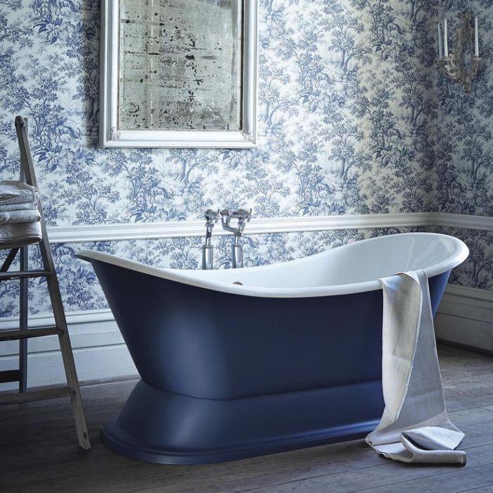 Несмотря на некоторые недостатки, по сравнению с кафелем, обои в ванной комнате имеют ряд неоспоримых преимуществ.