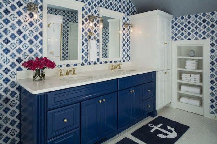 Отделка стен ванной комнаты обоями дает возможность экспериментировать относительно часто.