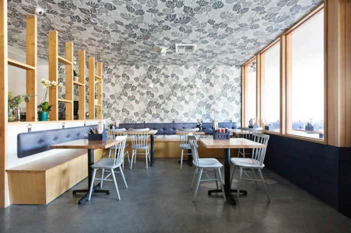 Не стоит бояться экспериментов и нововведений. Современный потолок идеально впишется в общий интерьер помещения и будет вдохновлять на новые творения и начинания.