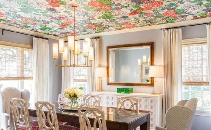 Удивительно свежее и праздничное решение — фотообои на потолок с изображёнными на них цветами.