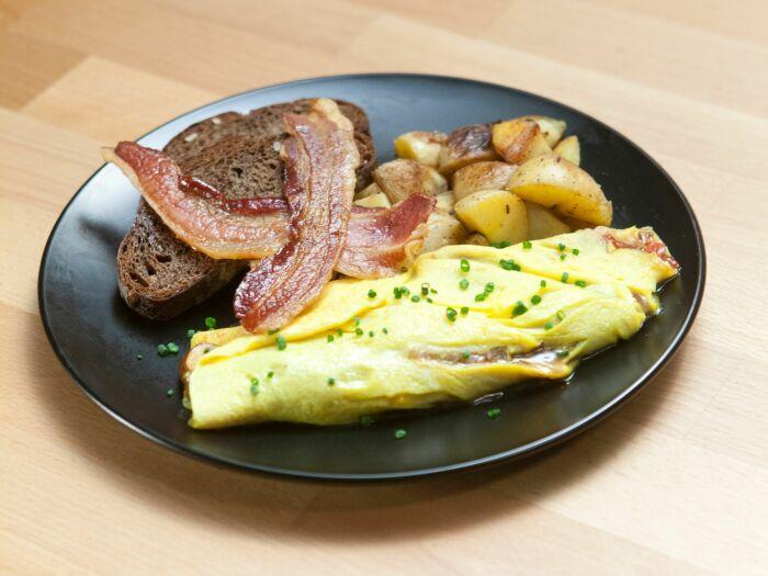 Омлет с беконом. \ Фото: recipepes.com.
