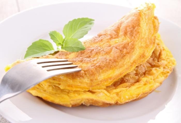Омлет с сыром идеально подойдёт для лёгкого, но сытного завтрака.