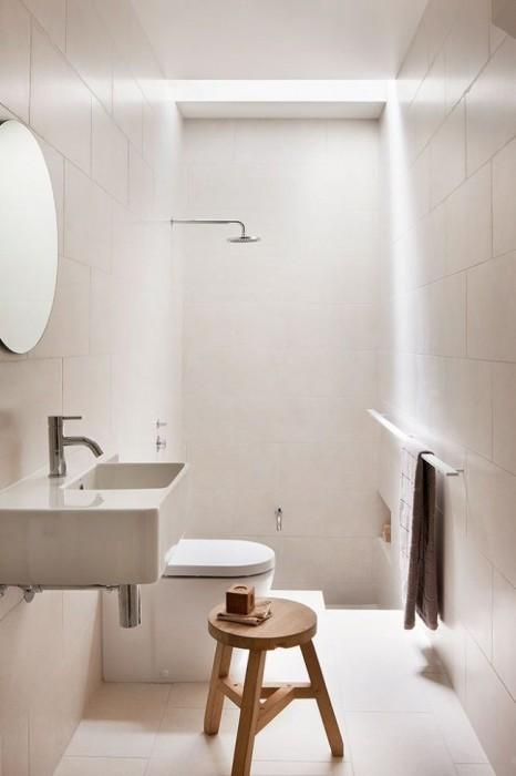 Интерьер маленькой ванной комнаты с открытой душевой кабиной поможет сэкономить каждый квадратный сантиметр.