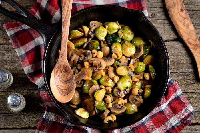 Жареные грибы с брюссельской капустой. \ Фото: edinstvennaya.ua.