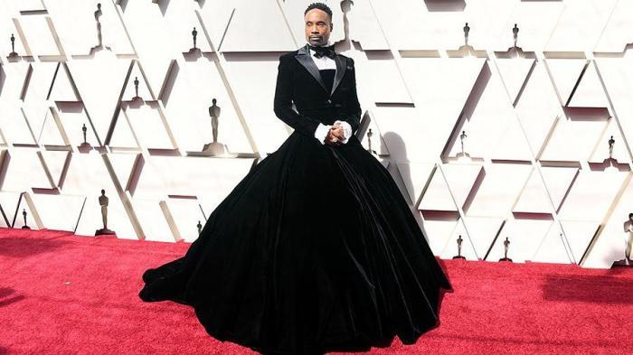 Мужчина появился в бархатном платье, которое дополнил пиджаком и бабочкой. \ Фото: style.nv.ua.