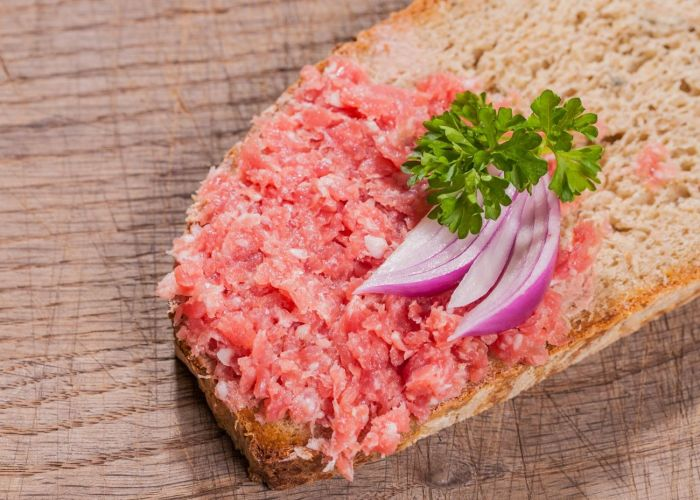 Сырая свинина с луком. \ Фото: alber-der-metzger.de.