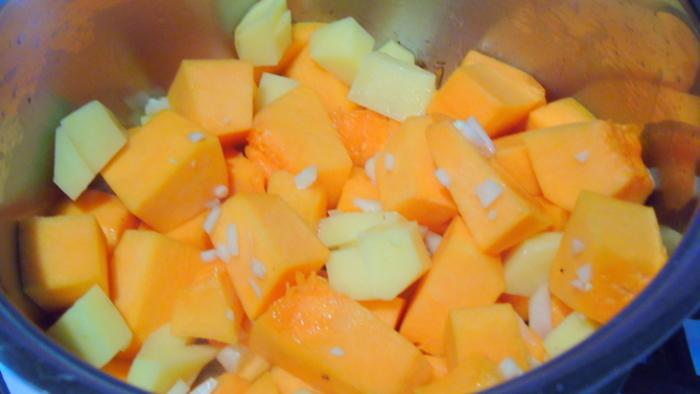 Очистить и нарезать тыкву и картофель кубиками.