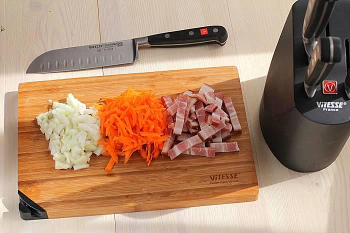 Лук, морковку, грудинку нарезать ломтиками.